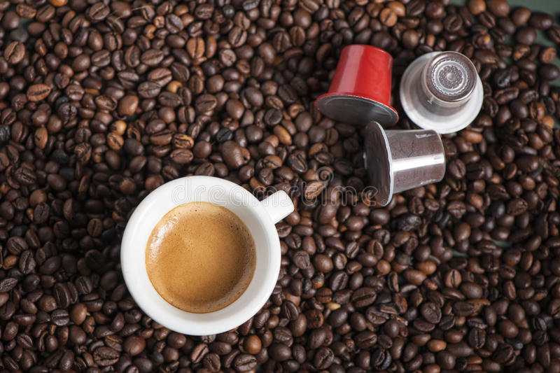 Tasse de café avec des cosses photographie stock libre de droits