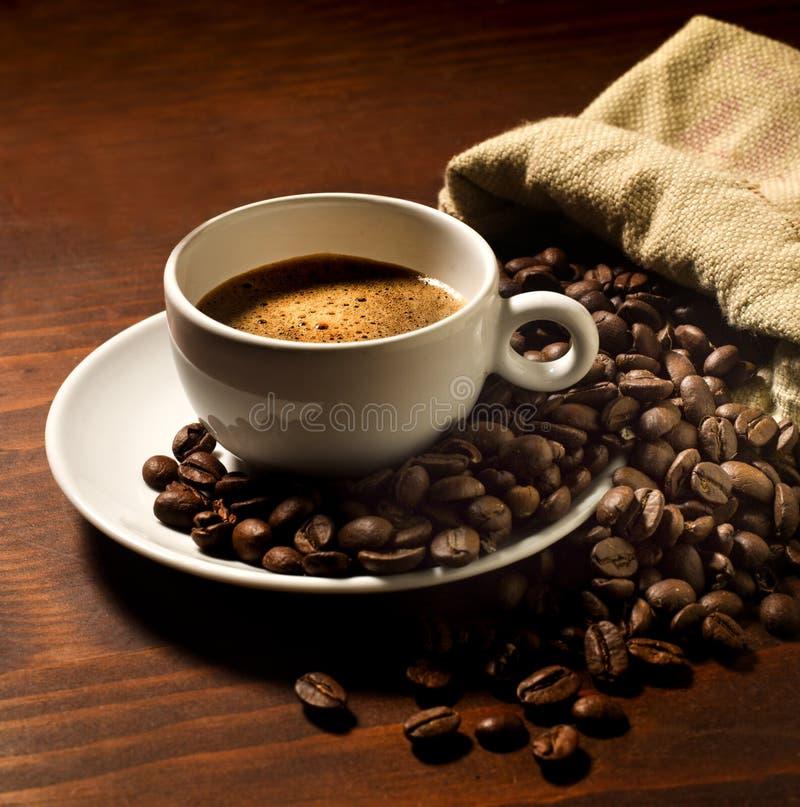 Tasse de café avec des grains de café images stock