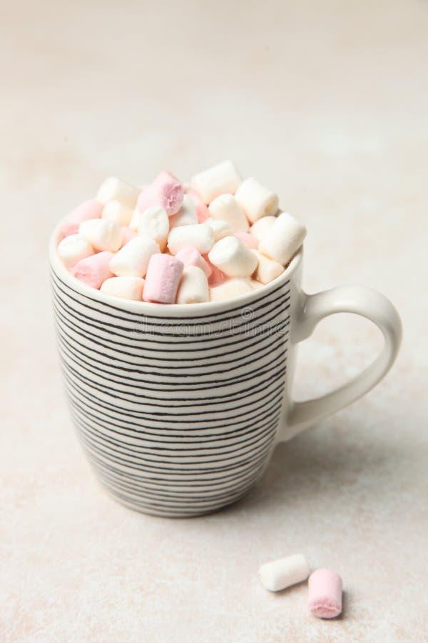Tasse de café avec des guimauves image stock