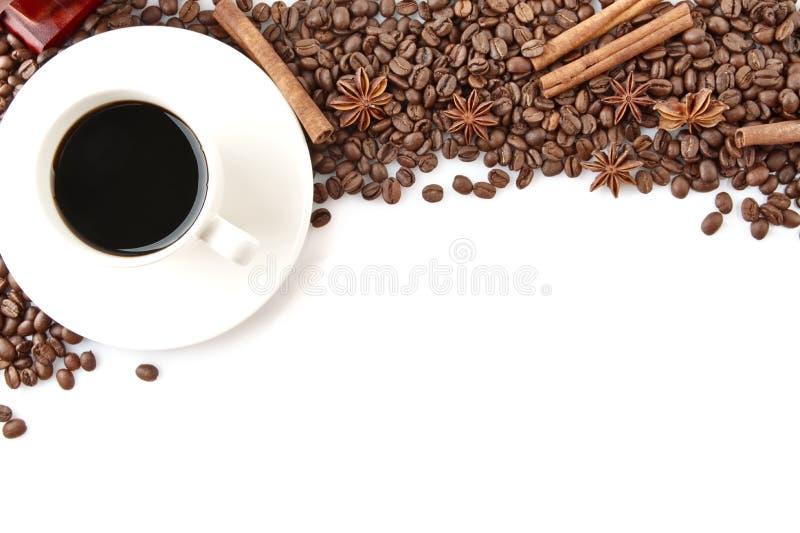 Tasse de café avec des haricots au dessus sur le blanc photo libre de droits
