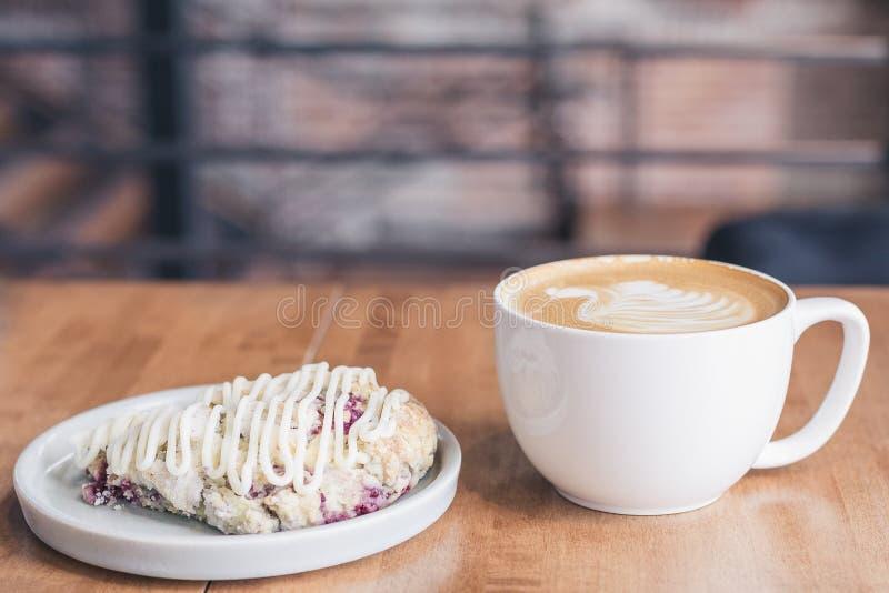 Tasse de café avec la feuille formée par lait et une tarte de fruit photos libres de droits