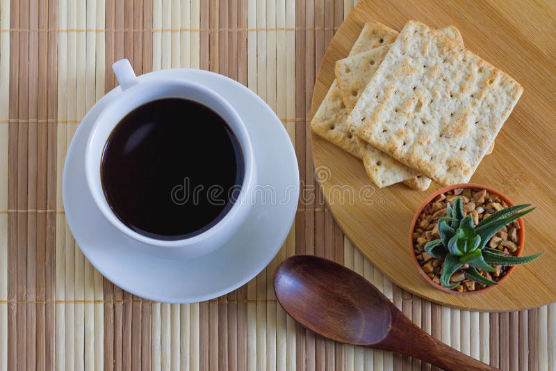 Tasse de café avec le biscuit de blé dans le temps de petit déjeuner image libre de droits