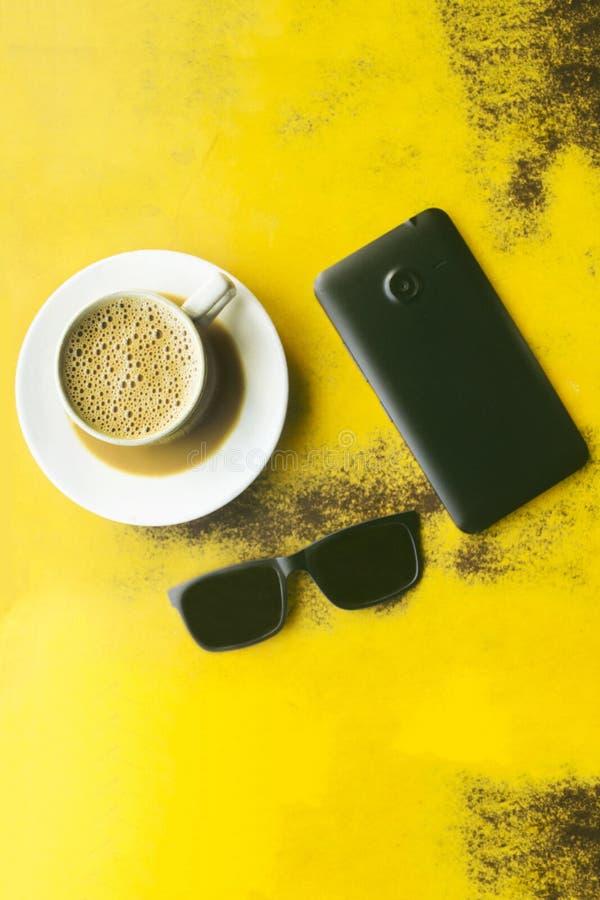 Tasse de café avec le téléphone et le refroidisseur futés noirs photographie stock