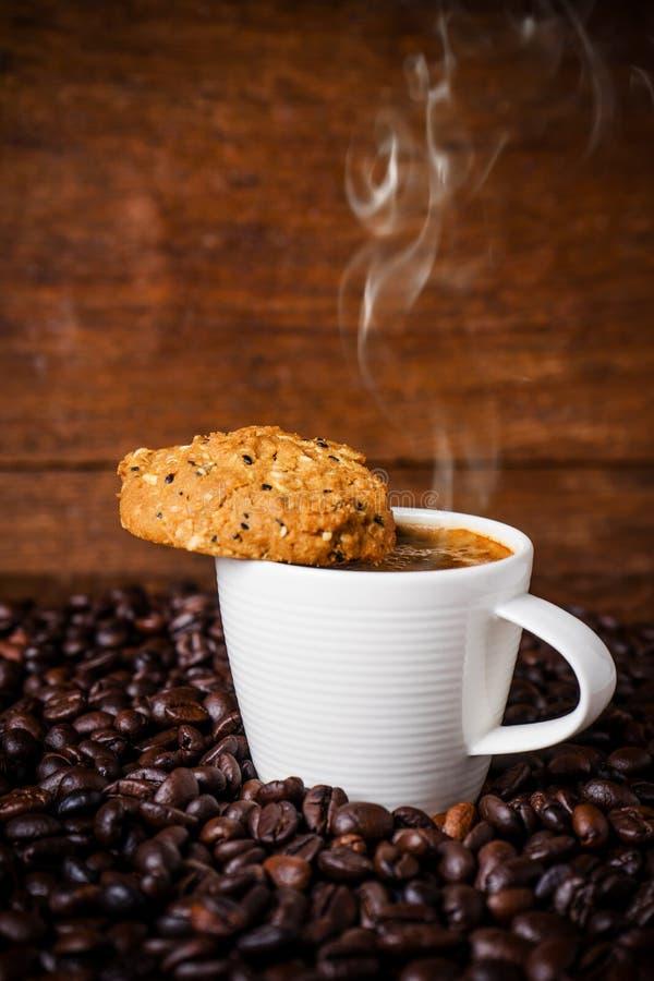 Tasse de café avec les grains entiers photos stock