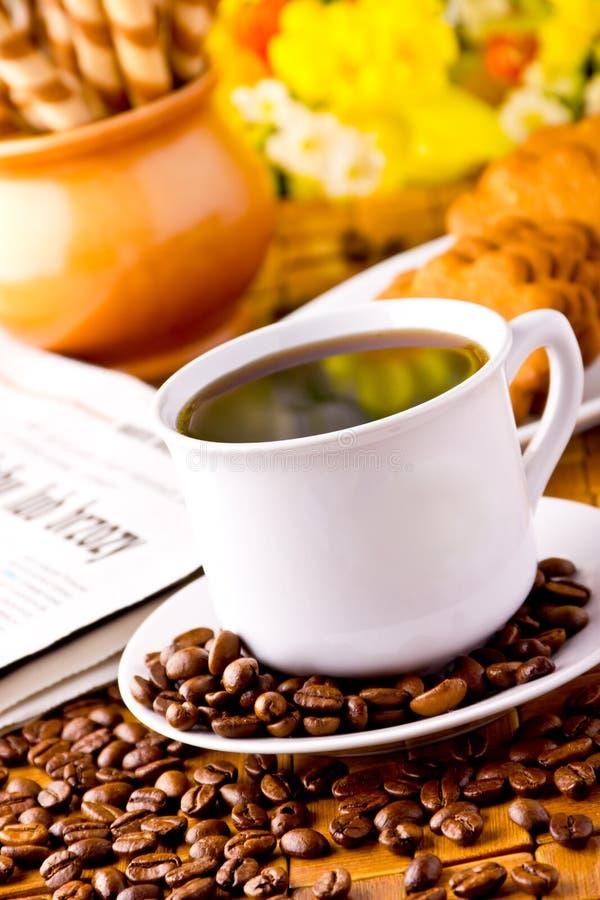 Tasse de café avec les haricots frais de coffe photo libre de droits