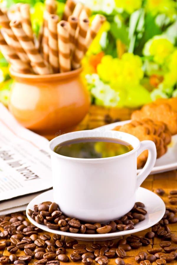 Tasse de café avec les haricots frais de coffe image stock