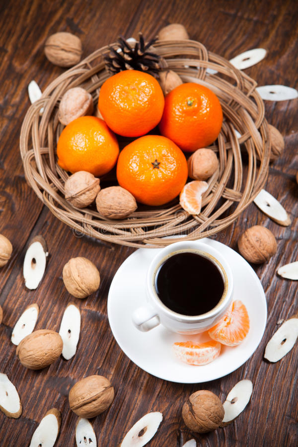Download Tasse De Café Avec Les Mandarines Et La Noix Photo stock - Image du orange, frais: 56479380