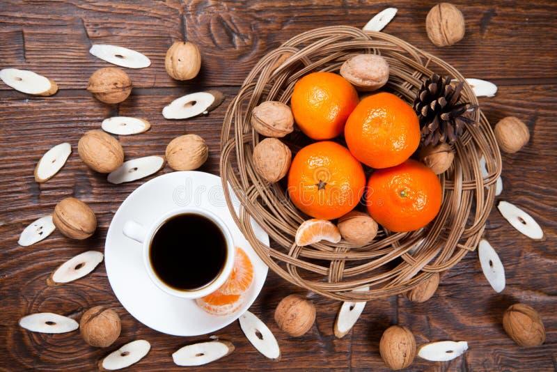Download Tasse De Café Avec Les Mandarines Et La Noix Image stock - Image du boisson, normal: 56482275