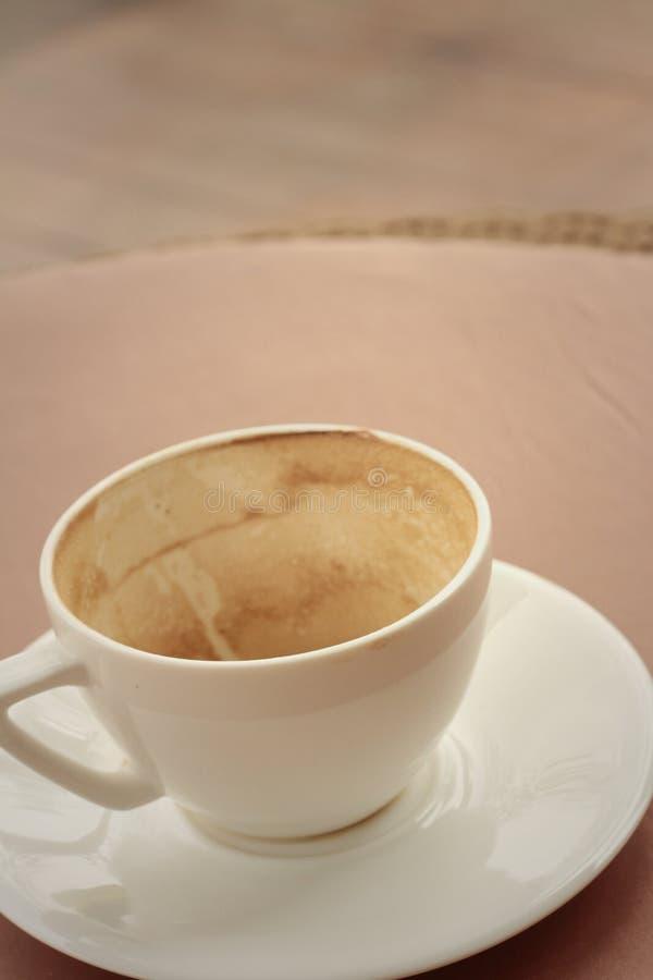 Tasse de café blanc avec la soucoupe à la boutique de cofee images stock