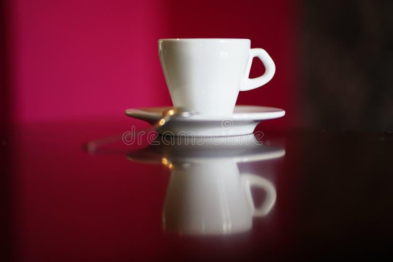 Tasse de café blanc d'isolement avec le plat et la cuillère photos libres de droits