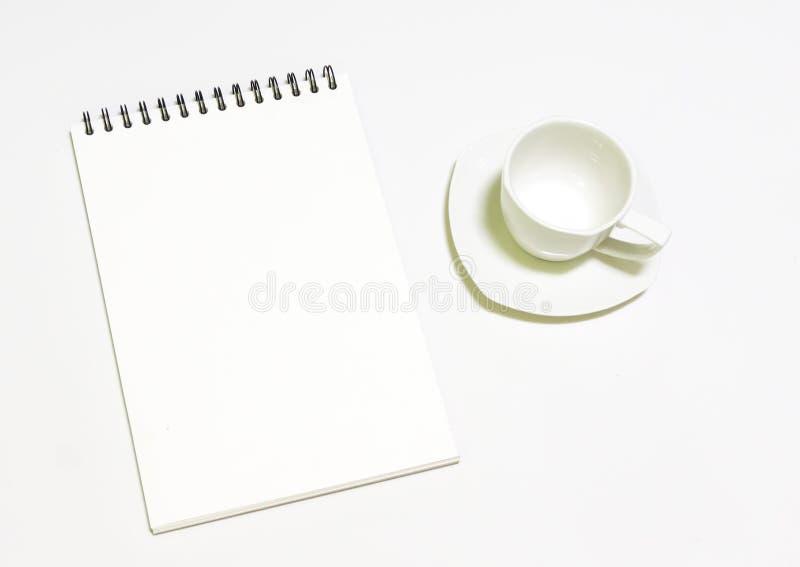 Tasse de café blanc et note blanche sur le fond blanc image stock