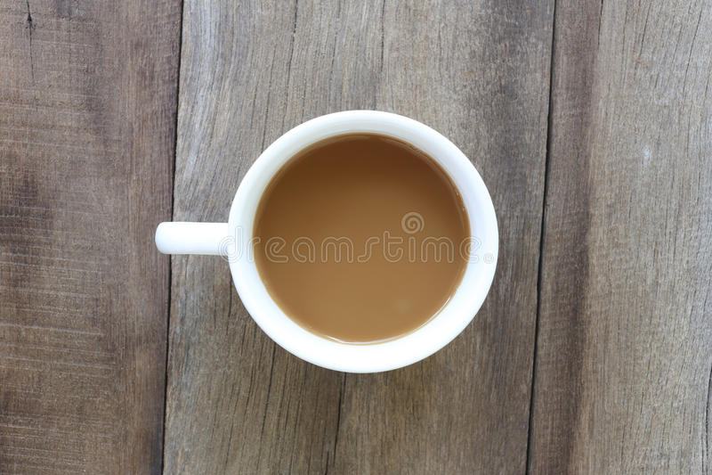 Tasse de café blanc placée sur le vieux plancher en bois image libre de droits