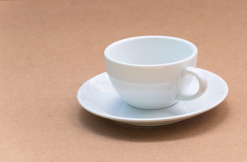 Tasse de café blanc sur le fond en bois de conseil photos libres de droits