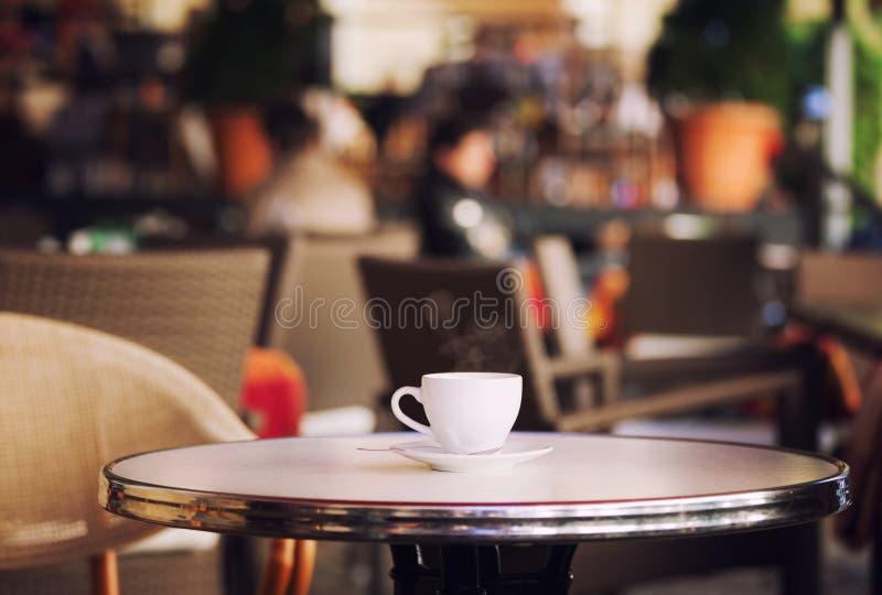 Tasse de café blanche à la table images stock