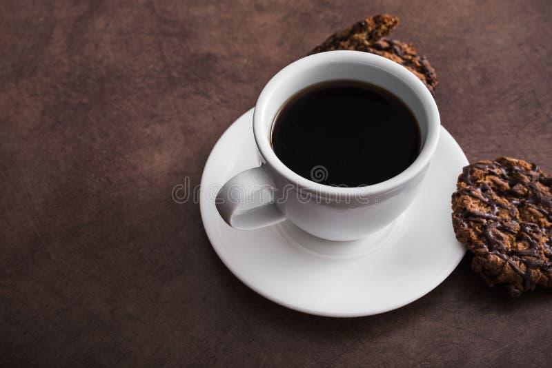 tasse de café blanche avec des biscuits de chocolat photo stock
