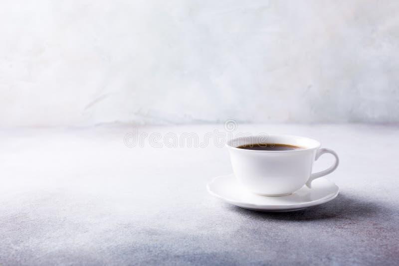 Tasse de café blanche avec des biscuits d'amaretti photo stock