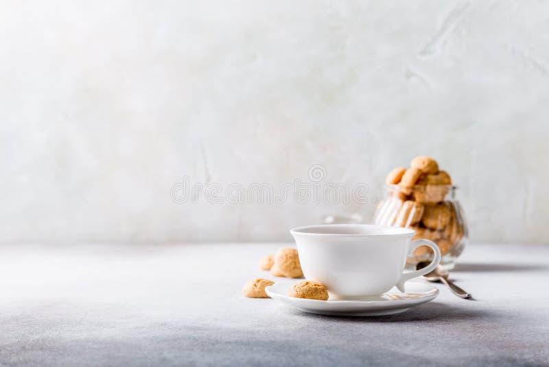 Tasse de café blanche avec des biscuits d'amaretti image libre de droits