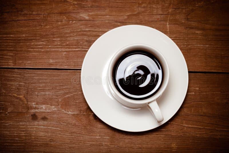 Tasse de café blanche sur la vieille table en bois toned images libres de droits