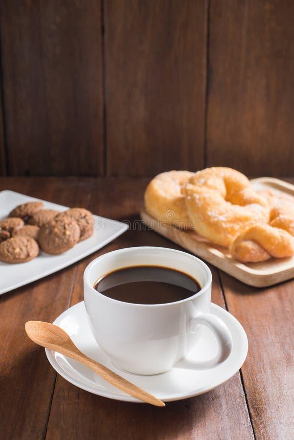 Tasse de café, butées toriques, biscuit sur le fond en bois images stock
