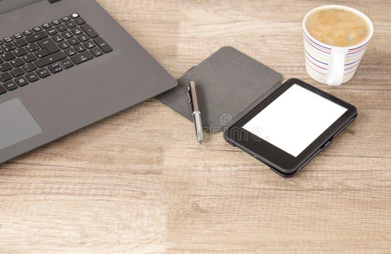 Tasse de café de cappuccino à la coupure d'Office Croissant doux et une cuvette de café à l'arrière-plan photo stock