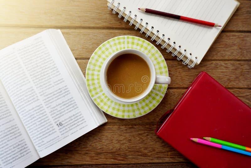 tasse de café, carnet, crayons sur la table en bois foncée image stock