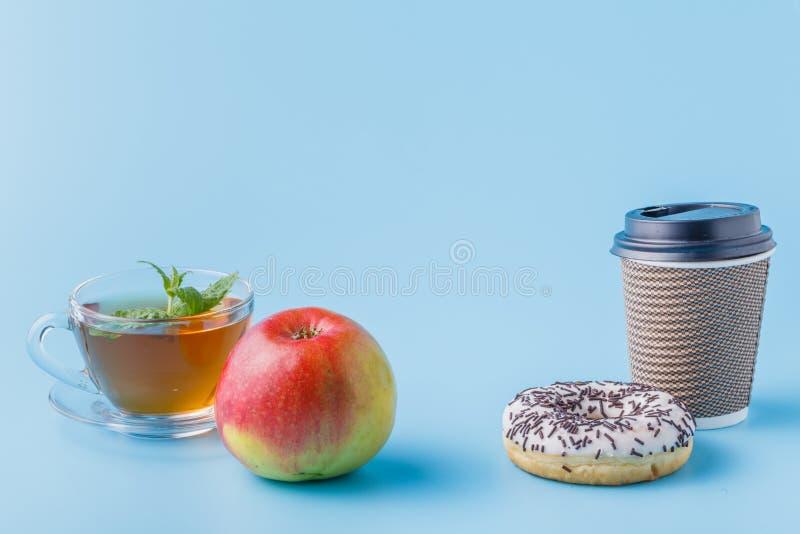 Tasse de café de carton avec le beignet noir de biscuits photographie stock