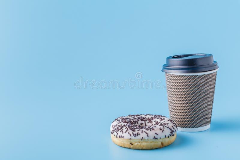 Tasse de café de carton avec le beignet noir de biscuits photos libres de droits