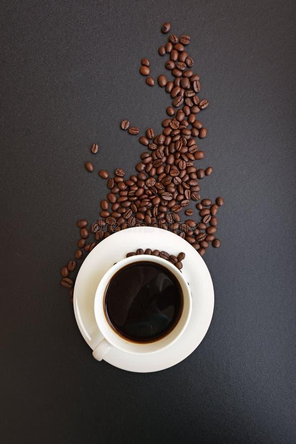 Tasse de café chaud avec des grains de café photo libre de droits