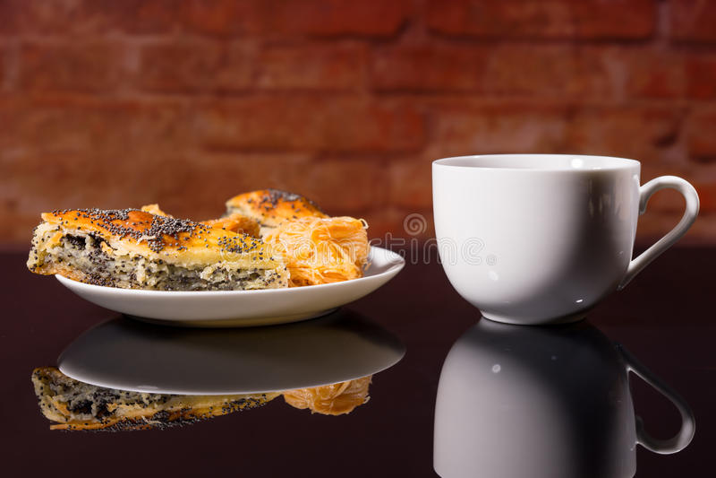 Tasse de café chaud avec le plat des pâtisseries gastronomes image stock