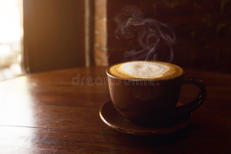 Tasse de café chaud sur la table image stock