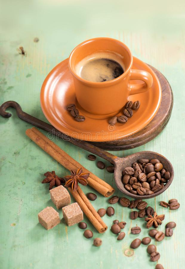 Tasse de café chaud sur la table en bois images libres de droits