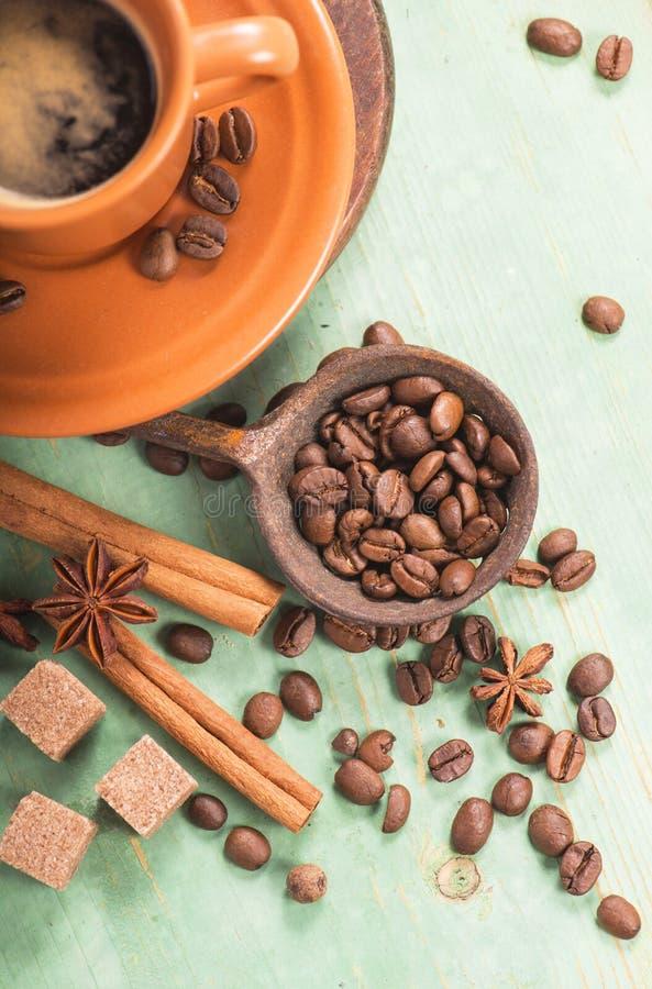 Tasse de café chaud sur la table en bois photos libres de droits