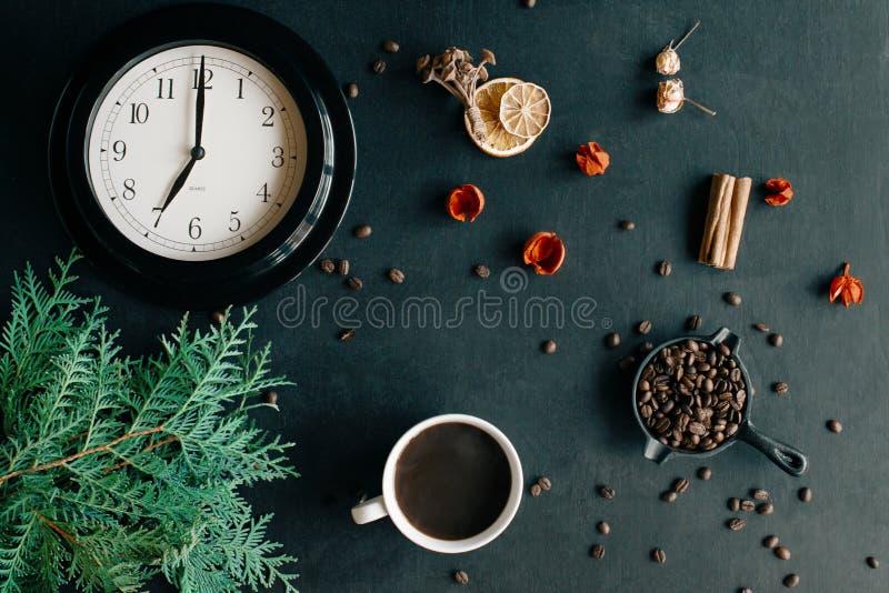 Tasse de café chaud sur un fond noir, heures de matin photographie stock