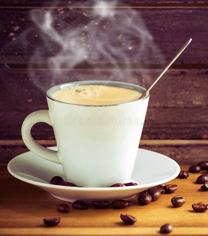 Tasse de café chaude dans une décoration en bois de joli vintage photo stock