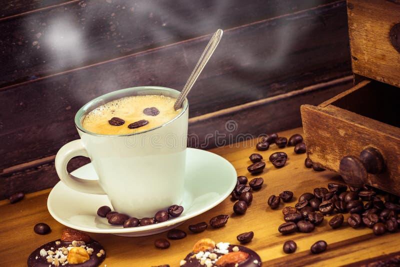 Tasse de café chaude dans une décoration en bois de joli vintage photographie stock libre de droits