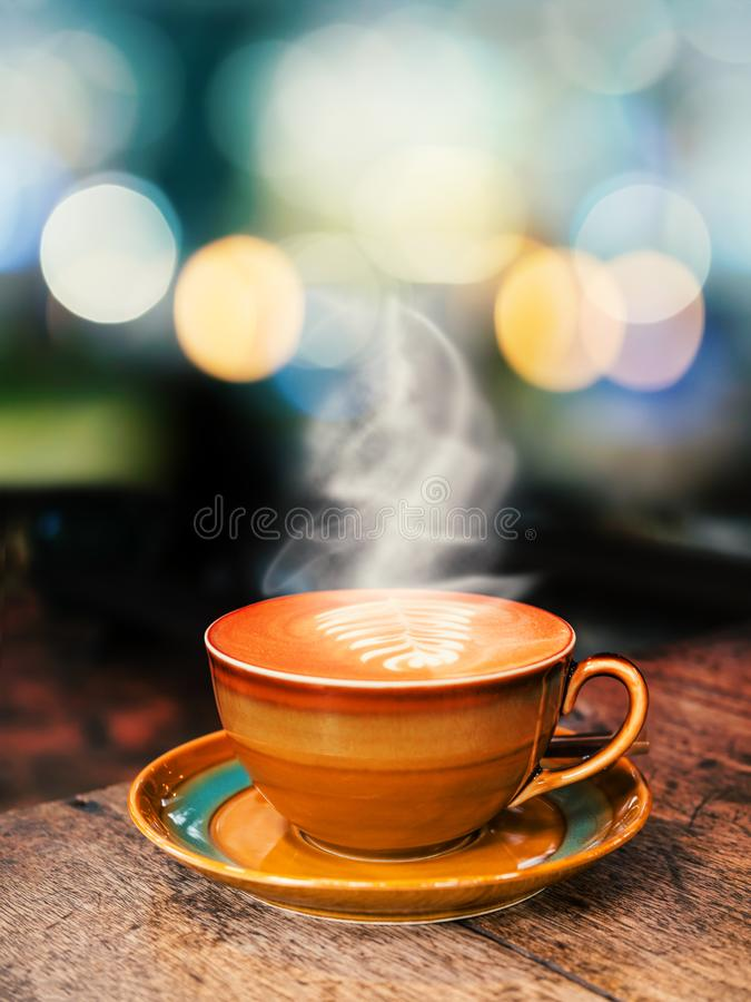 Tasse de café chaude sur le vieux fond en bois de table image libre de droits