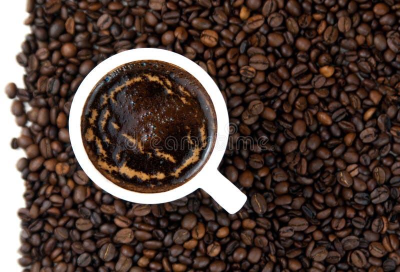 Tasse de café, coeurs de grains de café Fond de café photos stock