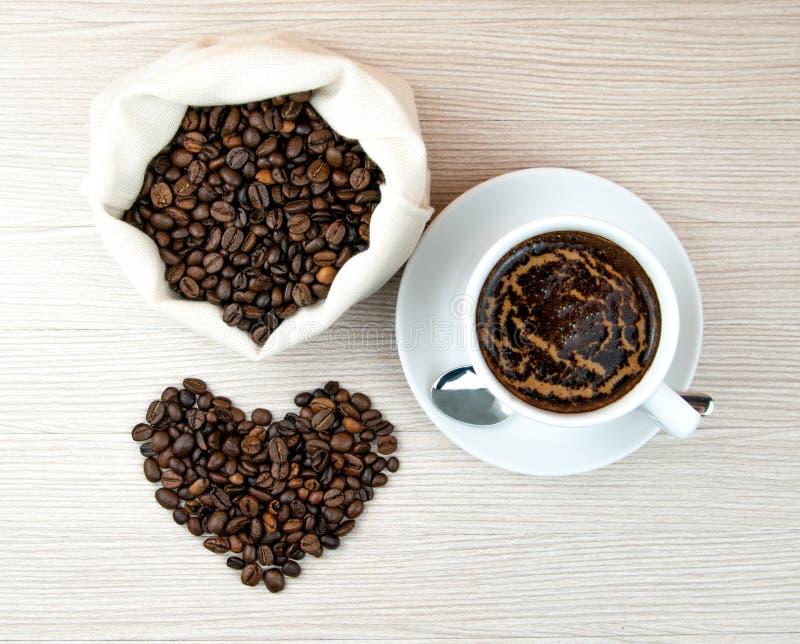 Tasse de café, coeurs de grains de café Vue supérieure Fond de café images stock