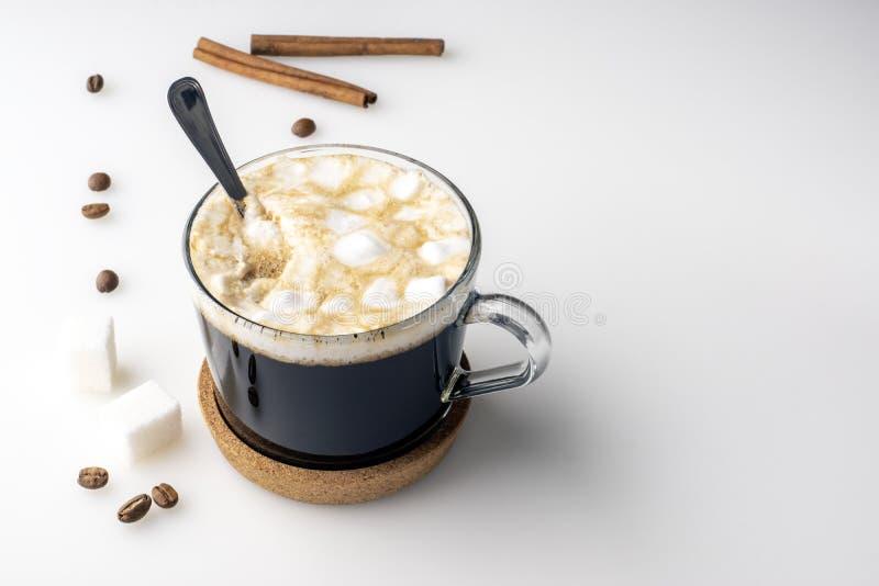 Tasse de café, de cubes en suger, de grains de café, de guimauves et de bâtons de cannelle images stock