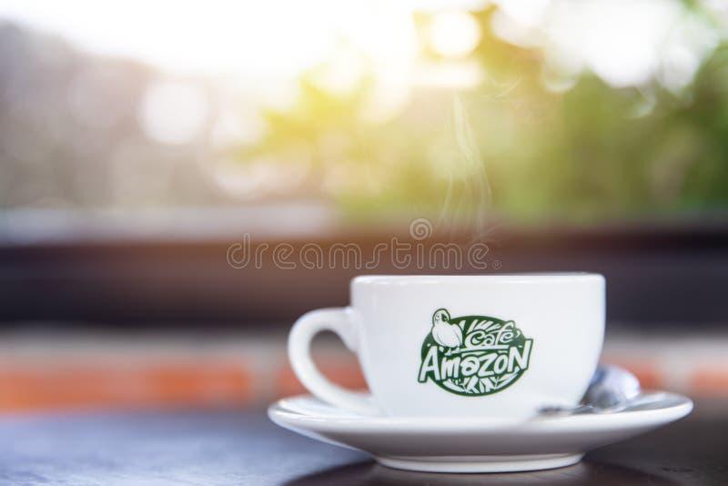 Tasse de café d'Amazone de café sur la table en café de la Thaïlande photographie stock