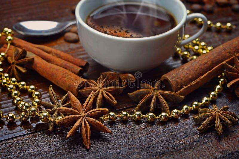 Tasse de café, d'anis d'étoile et de bâtons de cannelle photo stock