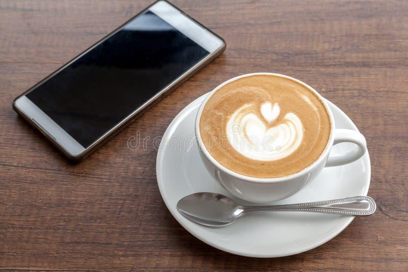 Download Tasse De Café D'art De Latte Avec Le Smartphone Sur Le Fond En Bois Image stock - Image du espresso, breakfast: 87707897