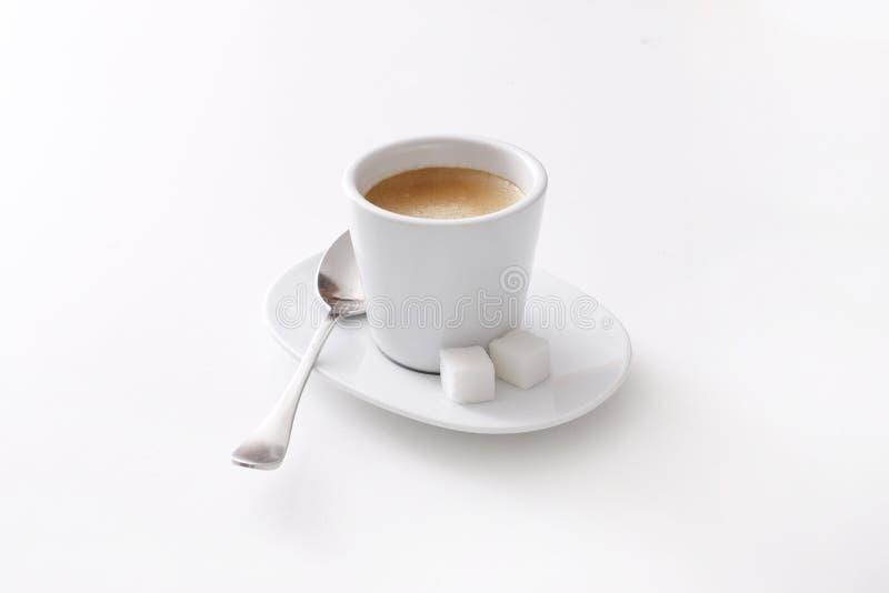 Tasse de café d'expresso avec la mousse d'isolement sur le blanc photos libres de droits