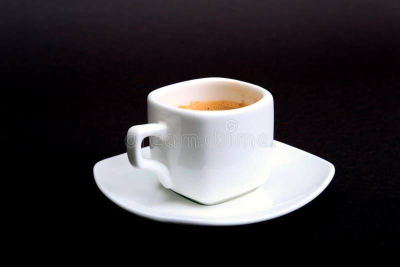 Tasse de café d'expresso du plat blanc, d'isolement sur le fond foncé photographie stock libre de droits
