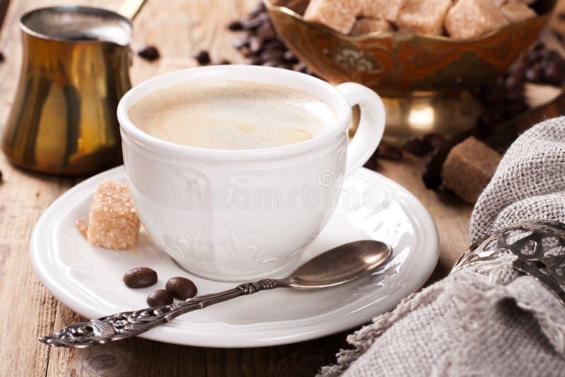 Tasse de café d'expresso et pot de café photographie stock libre de droits