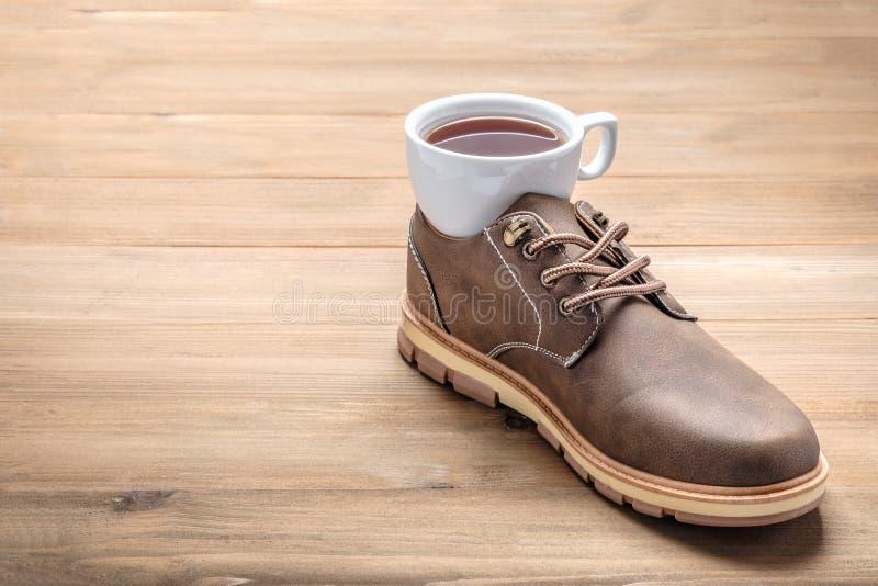 Tasse de café dans des chaussures image libre de droits