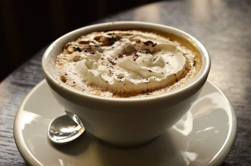Tasse de café dans des lumières de matin photos libres de droits