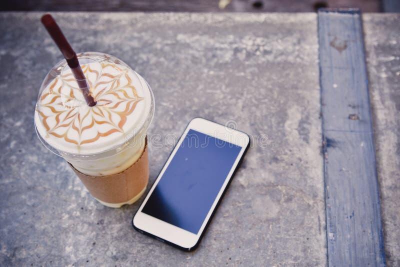 Tasse de café dans le café images libres de droits