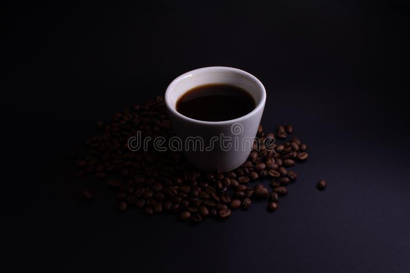 Tasse de café dans le contre-jour images libres de droits