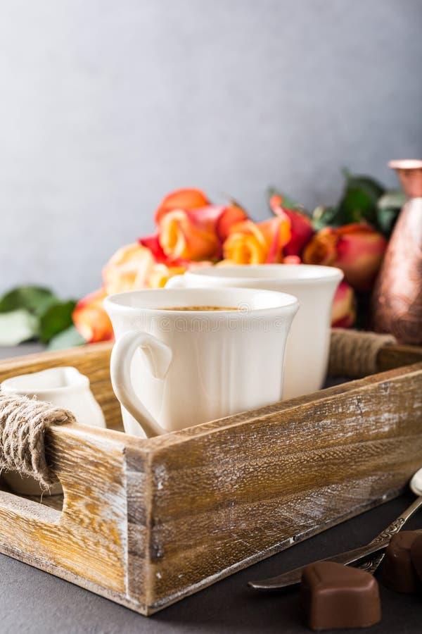 Tasse de café dans le plateau en bois de vintage photo libre de droits